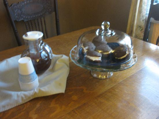 Morrill Mansion Bed & Breakfast : Cookies and tea