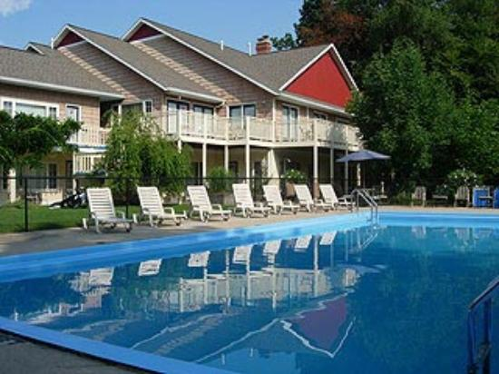 Secret of Saugatuck Suites: Pool