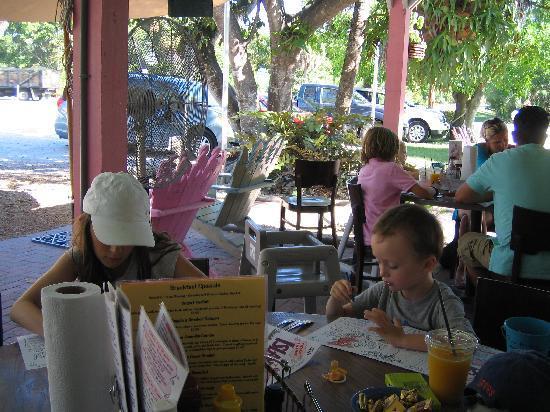 Lighthouse Cafe: Petit déjeuner en extérieur