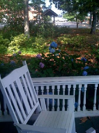 Toccoa, GA: Left side of the porch with dingy and broken railings.