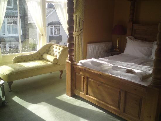 Stonegarth Guest House: four poster bed