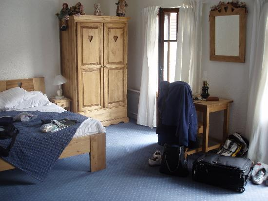 L'auberge du Lyonnais : Looking at half the room interior (the master bed)
