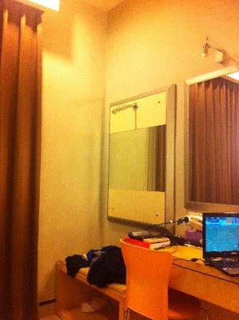 Triniti Hotel Batam: a friend's room