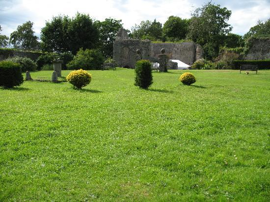 Castle Farm B&B: castle garden
