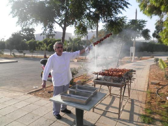 Pavlo Napa Beach Hotel : Head chef at the bbq for Hawaiin night