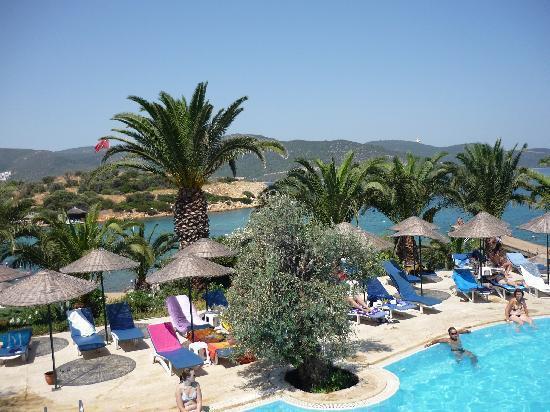 Hotel Ora Holiday Village : Vue du restaurant sur Piscine et mer