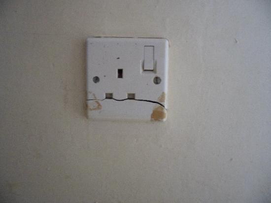 Kivi Milimani Hotel: broken power sockets (one of many)