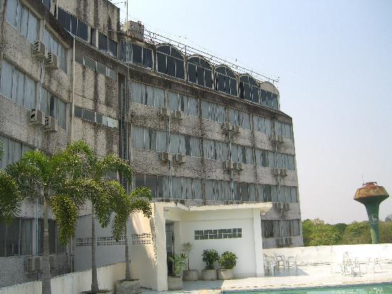 TipChang Hotel: Het hotel vanaf de zwembadzijde