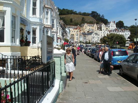 Hen-Dy Guesthouse: In front of hotel with Great Orme behind