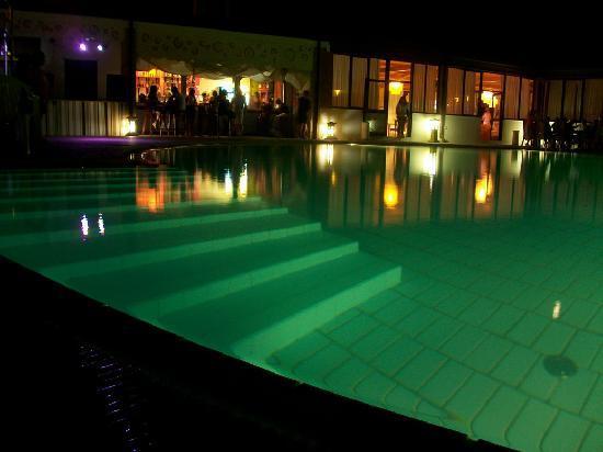 Hotel Club Baia dei Gigli: la piscina con il bar in notturna