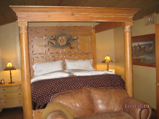 Adobe Village Inn: Cowboy King Bed