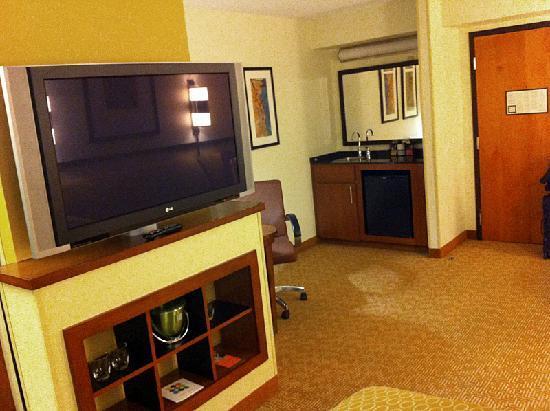 Hyatt Place Albuquerque/Uptown: Fridge, Desk & Large TV (that doesn't rotate much)