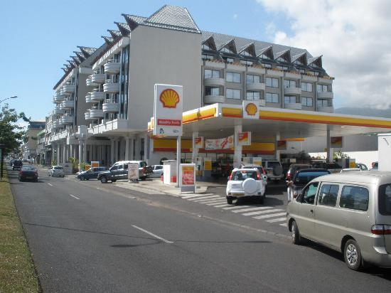 Hotel Tahiti Nui : Tahiti Nui from street with gas station