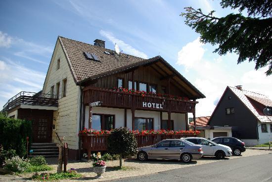 Hotel Waldfrieden: Haus, Eingangsseite mit Parkplatz