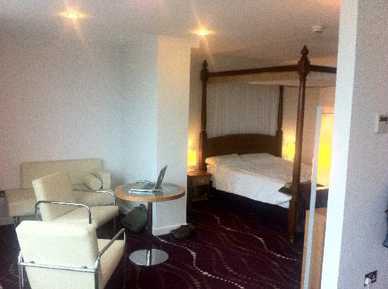 Louis Fitzgerald Hotel: Bed & Relaxation area