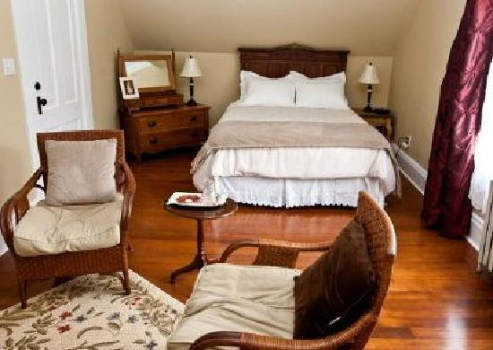 Clayburn Village Bed and Breakfast: MacLure Room