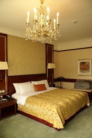 Island Shangri-La Hong Kong : Another view of bedroom