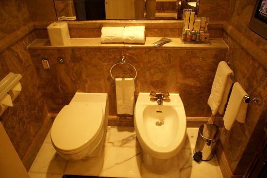 โรงแรมไอสแลนด์ แชงกรี-ล่า: Toilet and bidet