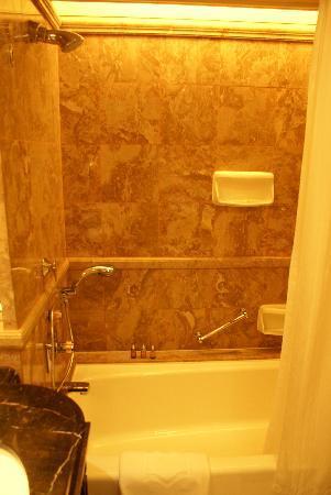 โรงแรมไอสแลนด์ แชงกรี-ล่า: Bathtub / shower
