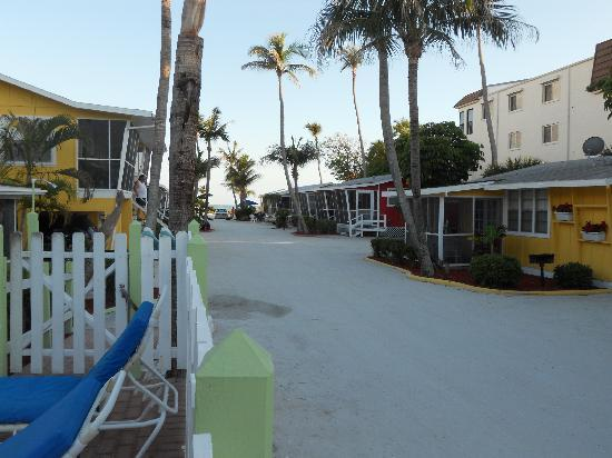 Beachview Cottages: Viewe from entrance to units