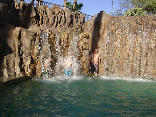 Pointe Hilton Squaw Peak Resort: walking behind the waterfalls