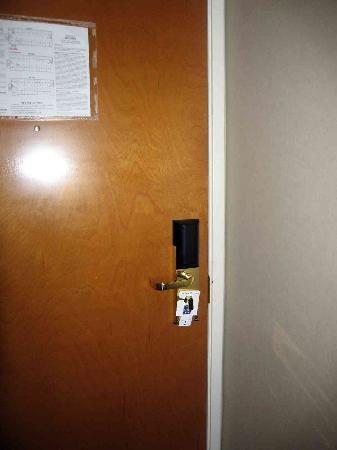 Motel 6 Indianapolis - Airport: Bad news - No extra locks on door