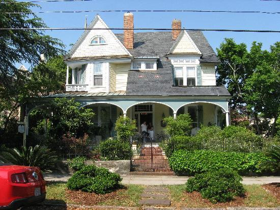 Camellia Cottage Bed & Breakfast: Front view