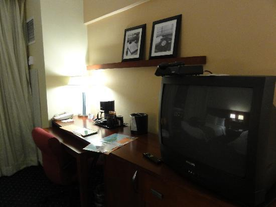 ‪‪Courtyard by Marriott San Juan Miramar‬: Hotel Room Desk and TV‬