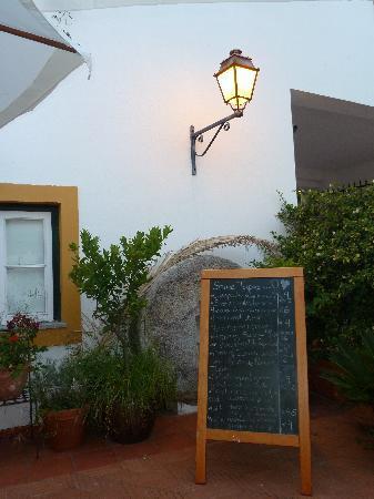 Albergaria do Calvario : Tapa menu in the courtyard