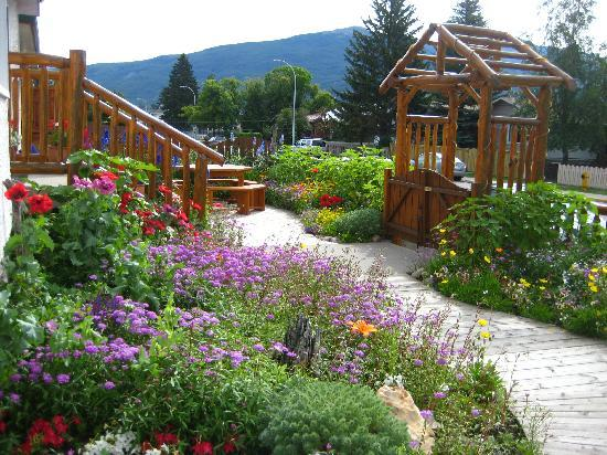 Austrian Haven Bed and Breakfast: front garden