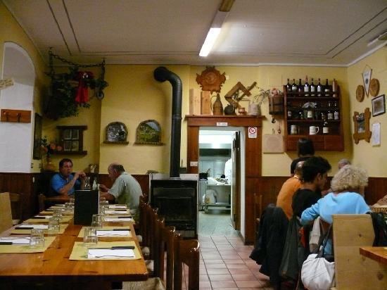 Crotto al Prato : sala interna, la cucina è a vista