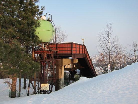 The Japanease Memorial Museum of Skiing: 敷地内にある古いジャンプ台