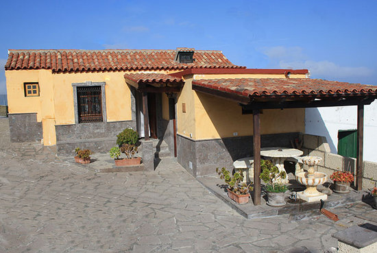 Casa Rural La Vista: Fachada, patio y porche