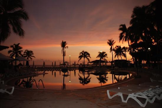 Krystal Ixtapa: sunset over the pool