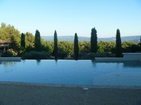 Le Jas de Joucas: View from the pool in the evening