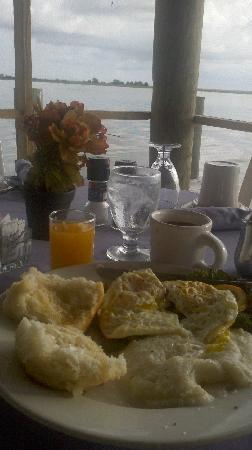 Apalachicola River Inn: Breakfast at Caroline's