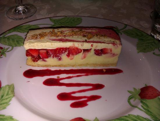 La Petite Auberge: dacquoise aux fraises et pistache.... avec un  gout de frigo et des cristaux de glace
