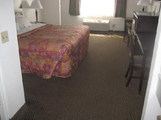 Days Inn Oceanside: A view of the room.