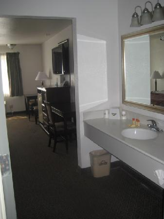 Days Inn Oceanside: Nice vanity area.