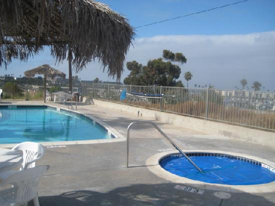 Days Inn Oceanside: You can see the ocean while standing at the pool.