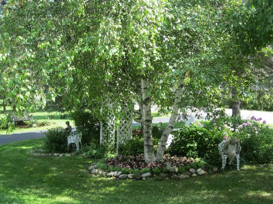 Case's Turn of the Century Bed and Breakfast: Beautiful surrounding gardens to enjoy