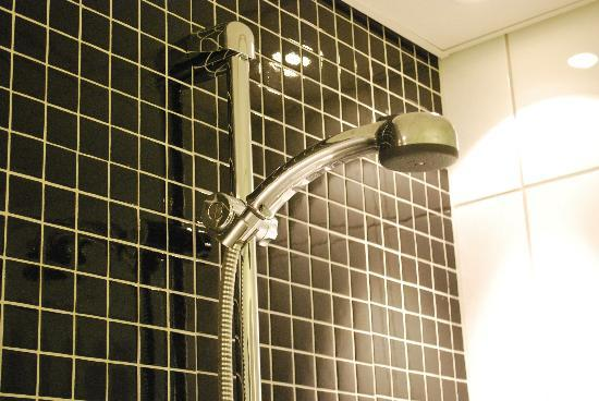 Nordic Light Hotel: One of the showers in the bath