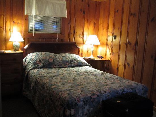 Blue Jay Motel: room