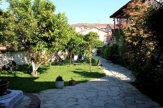 Villa Konak Hotel Kusadasi: Villa Konak courtyard
