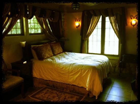 Hilltop Manor Bed & Breakfast: Magnolia Suite