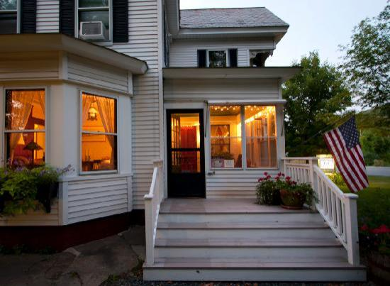 Farmhouse Inn at Robinson Farm: Farmhouse Inn at twilight.