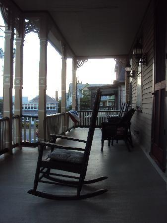 Bedford Inn: Second floor porch