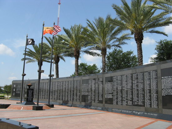 Джексонвиль, Флорида: Veteran's Memorial Wall at Jacksonville, FL