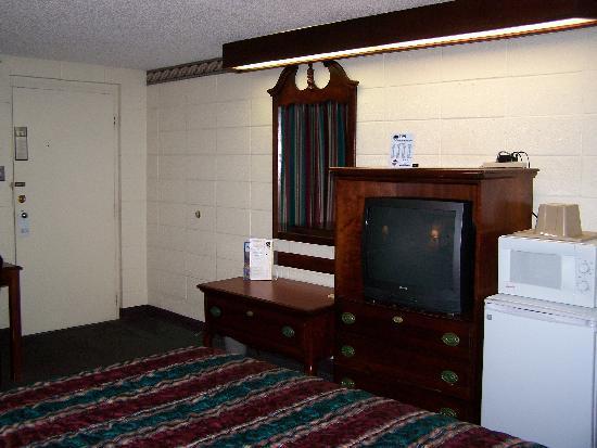 Southwind Inn : Good sized TV, microwave/fridge
