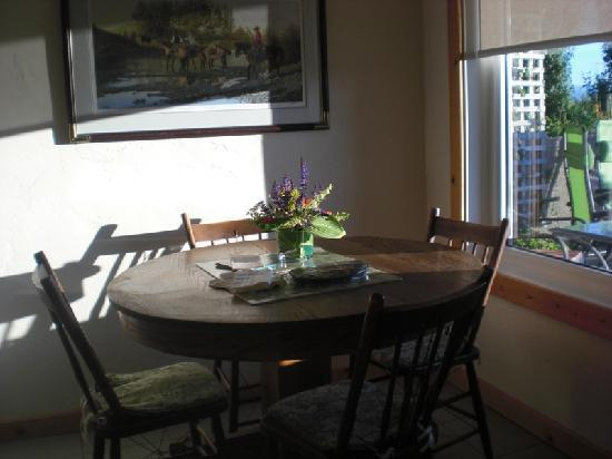 Highwood Views B&B: eating area